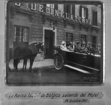 Queen Elizabeth of Belgium leaving the hotel (1921)